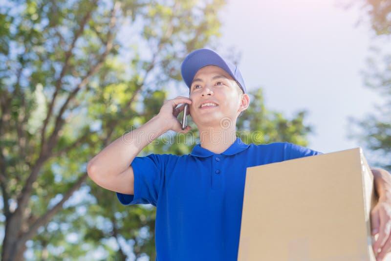 Συζήτηση Deliveryman στο τηλέφωνο στοκ εικόνα