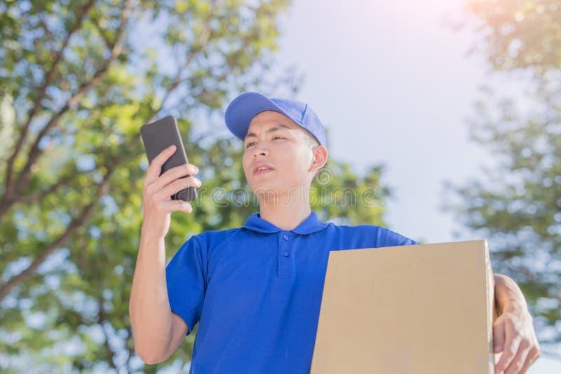 Συζήτηση Deliveryman στο τηλέφωνο στοκ εικόνα με δικαίωμα ελεύθερης χρήσης