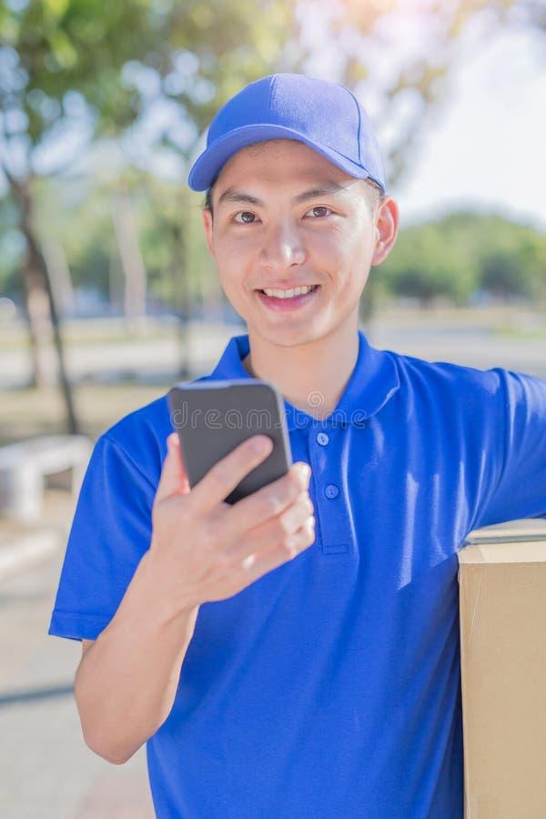 Συζήτηση Deliveryman στο τηλέφωνο στοκ εικόνες