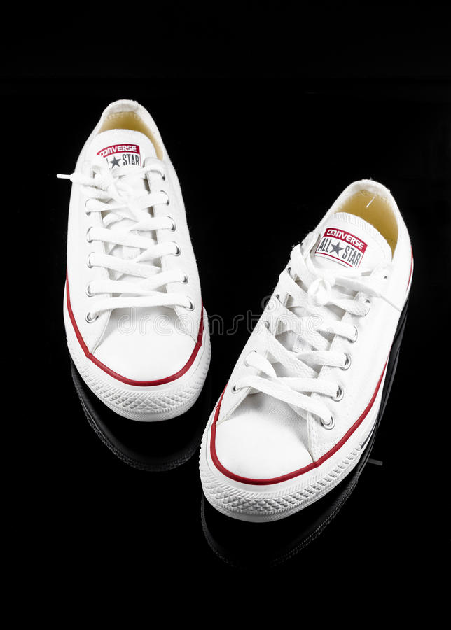 Συζητήστε όλα τα άσπρα πάνινα παπούτσια αστεριών στοκ φωτογραφίες