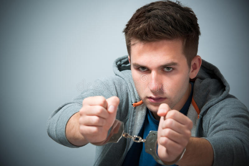Συλλήφθείτε έφηβος με τις χειροπέδες στοκ εικόνα με δικαίωμα ελεύθερης χρήσης