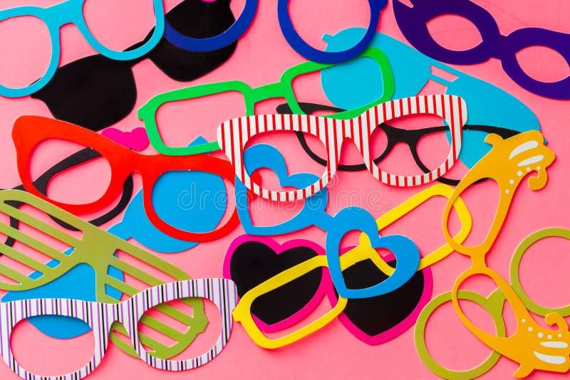 Συλλογή ζωηρόχρωμα eyeglasses θαλάμων φωτογραφιών στο ρόδινο υπόβαθρο στοκ εικόνες