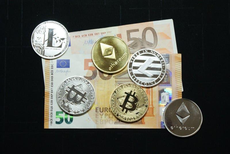 Συλλογή των ασημένιων και χρυσών νομισμάτων cryptocurrency σε ένα ευρο- τραπεζογραμμάτιο 50 στοκ εικόνες