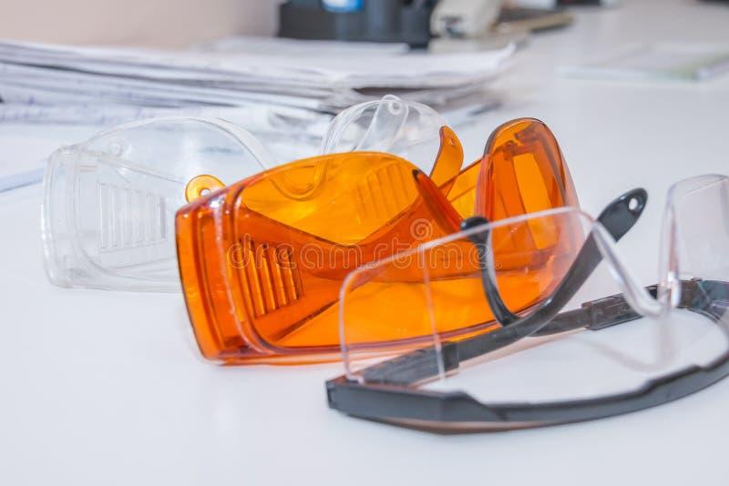Συλλογή των γυαλιών ασφάλειας για υπομονετικό άλλο, εξοπλισμός υγείας για να προλάβει τη διαγώνια μόλυνση Κλινική οδοντιάτρων προ στοκ εικόνα