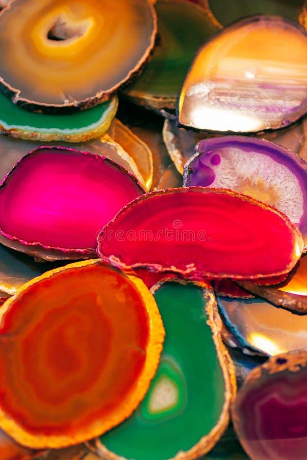 Συλλογή των διαφορετικών κρυστάλλων Σχέδιο πολύτιμων λίθων Διατομή κρυστάλλου Υπόβαθρο από τους διαφορετικούς χρωματισμένους πολύ στοκ φωτογραφία με δικαίωμα ελεύθερης χρήσης