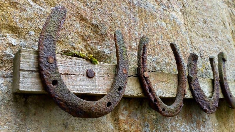 Συλλογή των παλαιών σκουριασμένων πετάλων που κρεμούν σε ένα ράφι στοκ εικόνες