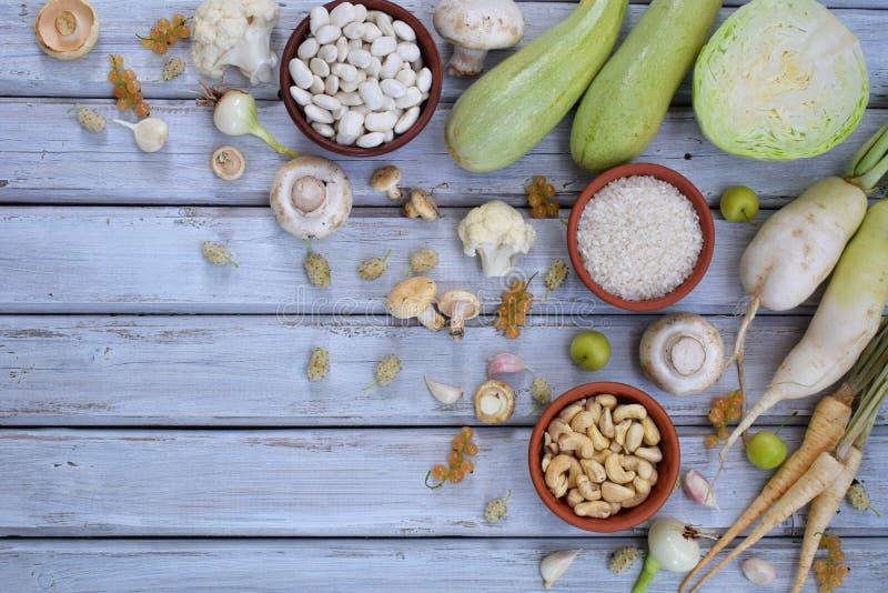 Συλλογή των φρέσκων άσπρων φρούτων, των λαχανικών και του φασολιού τρόφιμα έννοιας υγιή Χορτοφάγο προϊόν Οργανικά ακατέργαστα προ στοκ εικόνες