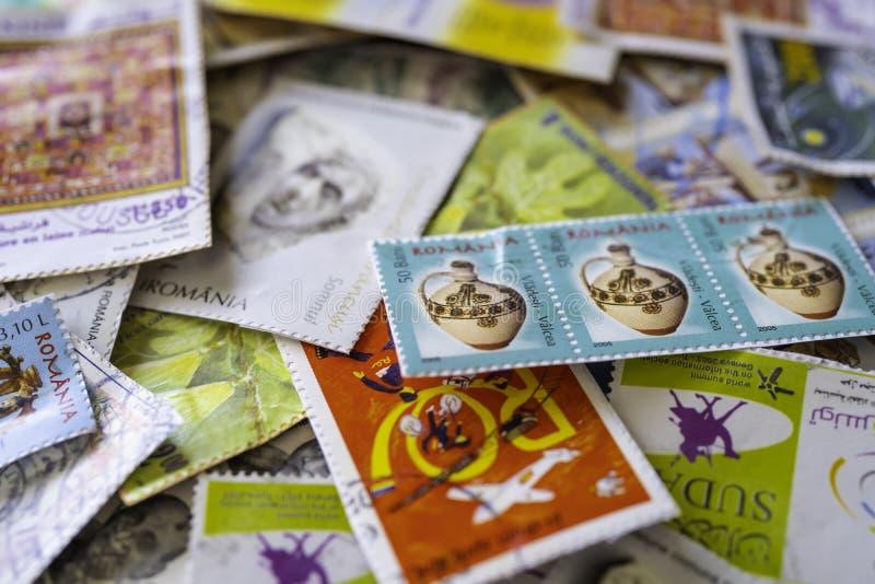 Συλλογή των χρησιμοποιημένων γραμματοσήμων από όλο τον κόσμο στοκ εικόνα