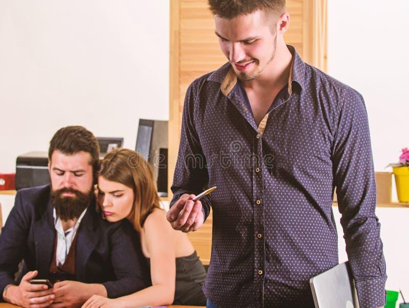 Συλλογική έννοια γραφείων Οι συνάδελφοι επικοινωνούν την επίλυση των επιχειρησιακών στόχων Να εργαστεί από κοινού Διαχείριση της  στοκ εικόνες