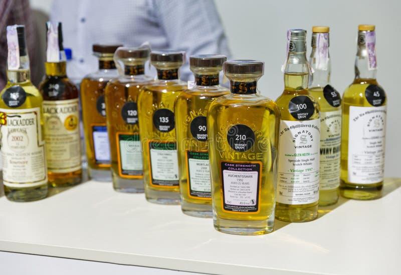 Συμβαλλόμενα μπουκάλια ουίσκυ στο φεστιβάλ ουίσκυ DRAM στο Κίεβο, Uktaine στοκ φωτογραφία με δικαίωμα ελεύθερης χρήσης