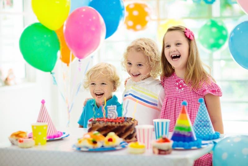 συμβαλλόμενο μέρος κατσ Η έκρηξη παιδιών σημαδεύει στο ζωηρόχρωμο κέικ Διακοσμημένο σπίτι με τα εμβλήματα σημαιών ουράνιων τ στοκ εικόνες