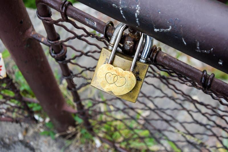 Συμβολικά λουκέτα αγάπης λουκέτα στη γέφυρα Βαλεντίνος στοκ εικόνα