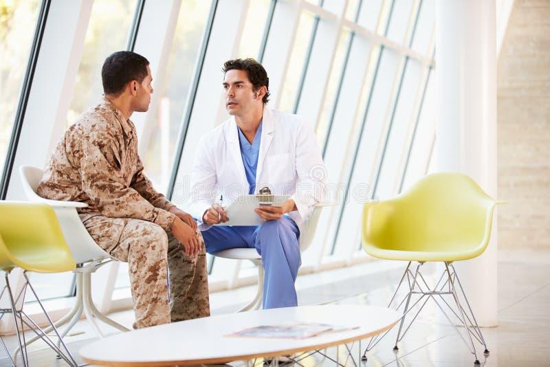 Συμβουλευτικός στρατιώτης γιατρών που πάσχει από την πίεση στοκ φωτογραφίες με δικαίωμα ελεύθερης χρήσης