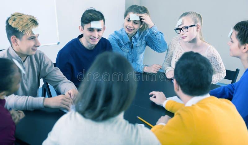 Συμμαθητές που έχουν γύρω από εικασία-ποιοι το παιχνίδι κατά τη διάρκεια της κατηγορίας στοκ φωτογραφίες με δικαίωμα ελεύθερης χρήσης