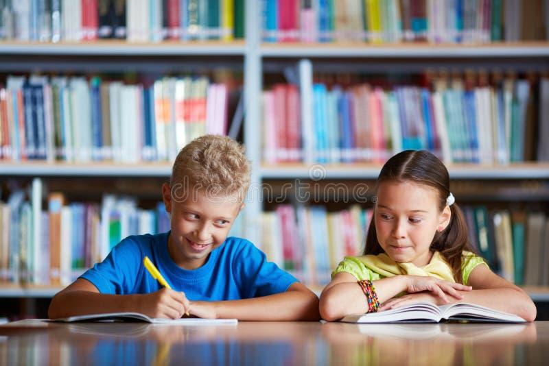 Συμμαθητές στο μάθημα στοκ εικόνες