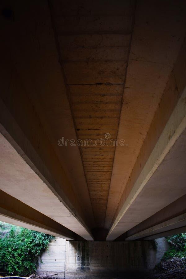 Συμμετρία κάτω από μια γέφυρα στοκ φωτογραφίες