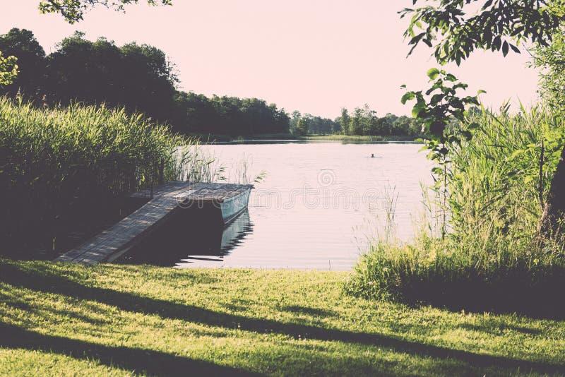 συμμετρικές αντανακλάσεις στην ήρεμη λίμνη - ο αναδρομικός τρύγος κοιτάζει στοκ εικόνες με δικαίωμα ελεύθερης χρήσης