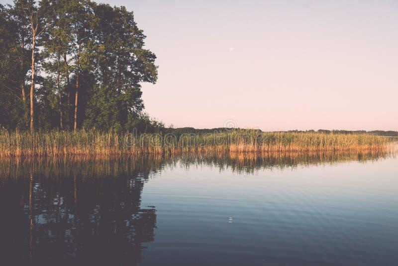 συμμετρικές αντανακλάσεις στην ήρεμη λίμνη - ο αναδρομικός τρύγος κοιτάζει στοκ φωτογραφίες με δικαίωμα ελεύθερης χρήσης
