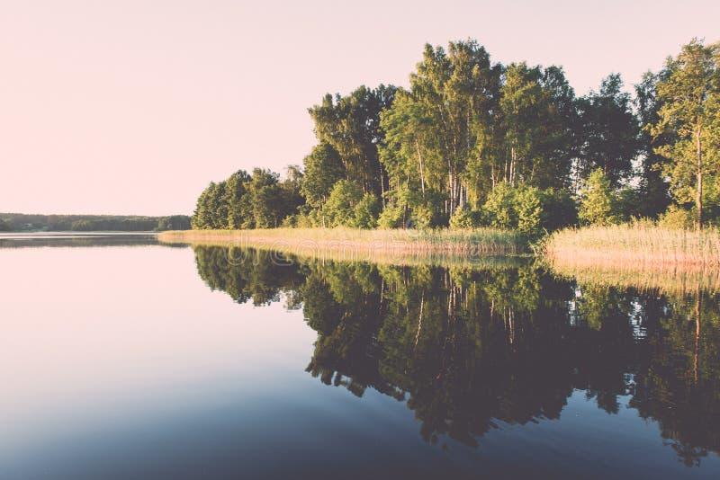 συμμετρικές αντανακλάσεις στην ήρεμη λίμνη - ο αναδρομικός τρύγος κοιτάζει στοκ εικόνα με δικαίωμα ελεύθερης χρήσης