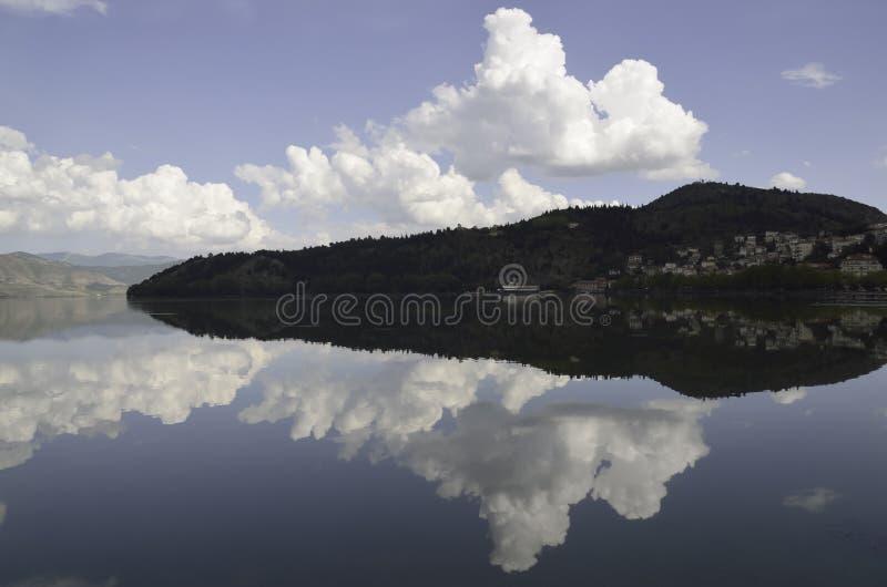 Συμμετρικές αντανακλάσεις στη λίμνη στοκ φωτογραφία