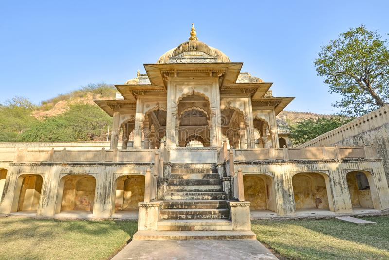 Συμμετρική άποψη σχετικά με ένα κενοτάφιο με το σκηνικό λόφων, βασιλικό Gaitor, Jaipur, Rajasthan στοκ εικόνες