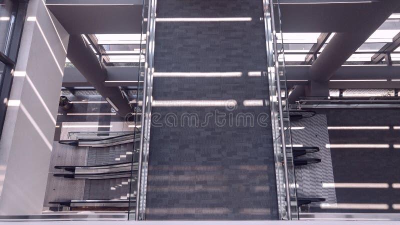 Συμμετρικό εσωτερικό γραφείων με το μακρύ διάδρομο στοκ φωτογραφίες