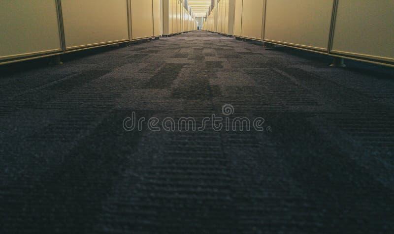 Συμμετρικό εσωτερικό γραφείων με το μακρύ διάδρομο στοκ εικόνα