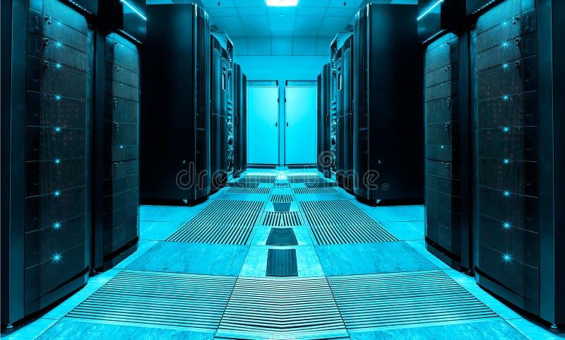 Συμμετρικό δωμάτιο κεντρικών υπολογιστών με τις σειρές των κεντρικών υπολογιστών στο σύγχρονο κέντρο δεδομένων, φουτουριστικό σχέ στοκ εικόνα με δικαίωμα ελεύθερης χρήσης