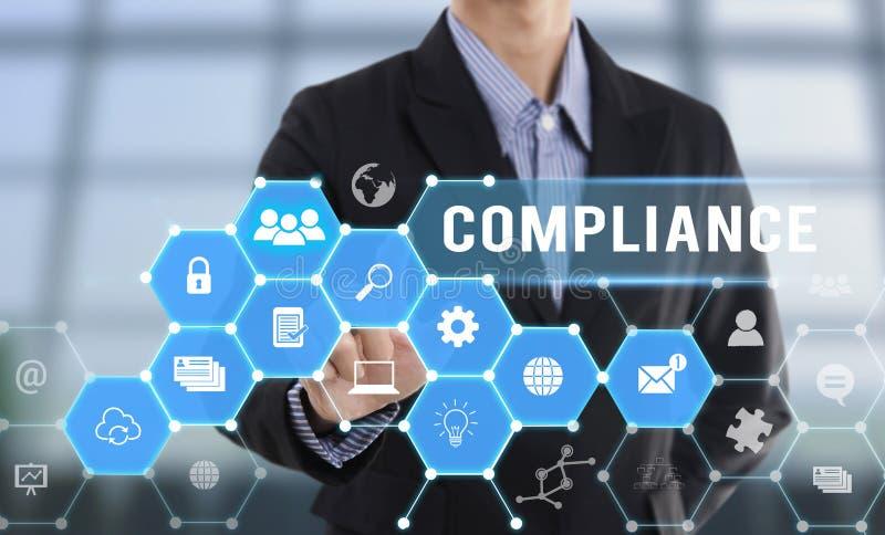 Συμμόρφωση κουμπιών συμπίεσης χεριών επιχειρηματιών στοκ εικόνα με δικαίωμα ελεύθερης χρήσης
