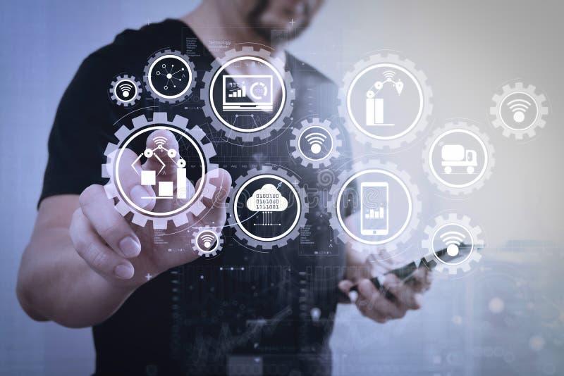 Συμπίεση χεριών επιχειρηματιών ένα φανταστικό κουμπί, που κρατά το έξυπνο phon στοκ εικόνες με δικαίωμα ελεύθερης χρήσης