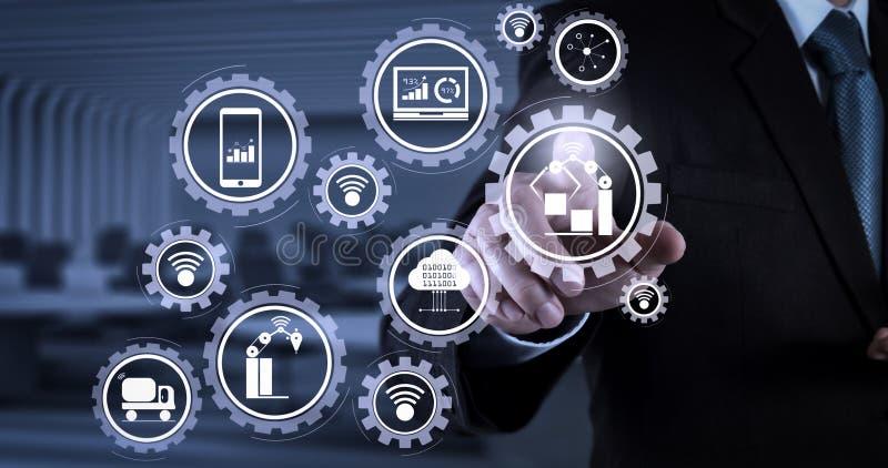 Συμπίεση χεριών επιχειρηματιών ένα φανταστικό κουμπί στοκ εικόνες με δικαίωμα ελεύθερης χρήσης
