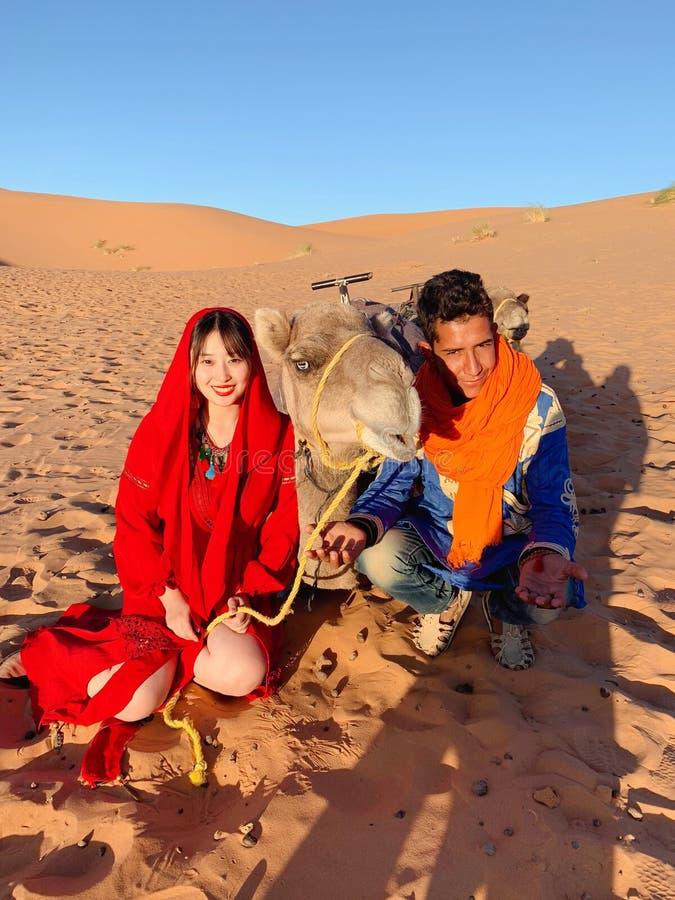 συμπαθητικό ζεύγος στην έρημο Μαρόκο στοκ εικόνες