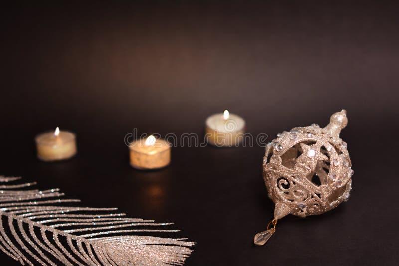 συμπεριλαμβανόμενο διακόσμηση μονοπάτι ψαλιδίσματος Χριστουγέννων ανασκόπησης μαύρο Κεριά, ασημένια φτερό και μπιχλιμπίδι χριστου στοκ φωτογραφίες
