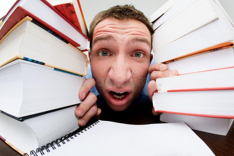 συμπιεσμένος βιβλία σπουδαστής στοκ εικόνα