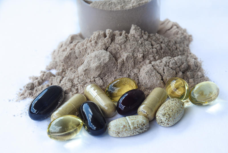 Συμπληρώματα - μεταλλεύματα βιταμινών, πρωτεϊνική σκόνη σοκολάτας στοκ εικόνα