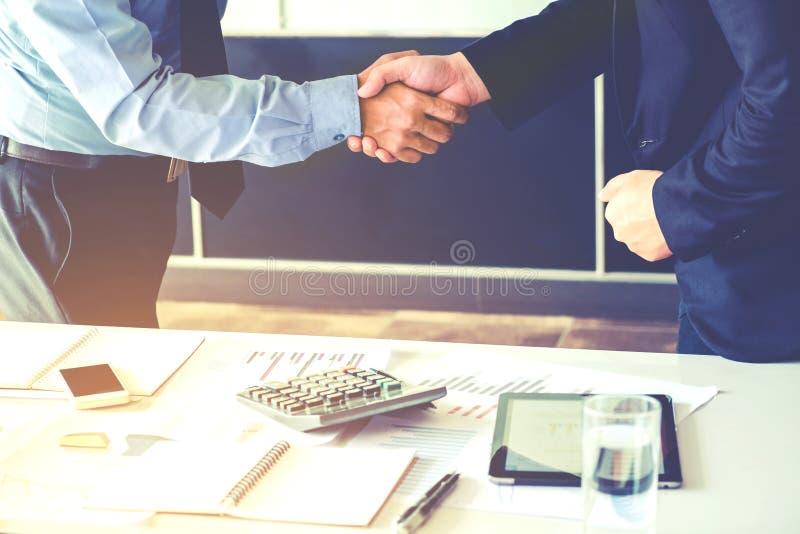 Συνάδελφοι επιχειρηματιών που τινάζουν τα χέρια που συναντούν τον προγραμματισμό Strate στοκ φωτογραφίες