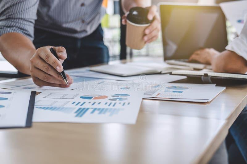 Συνάδελφοι επιχειρησιακών ομάδων που συζητούν την ανάλυση εργασίας με το financ στοκ εικόνες
