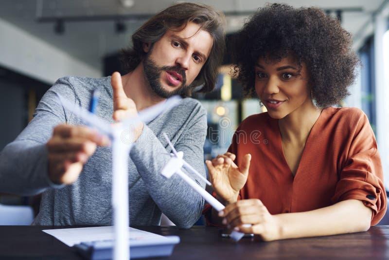 Συνάδελφοι που έχουν μια συνομιλία στο γραφείο στοκ φωτογραφία με δικαίωμα ελεύθερης χρήσης