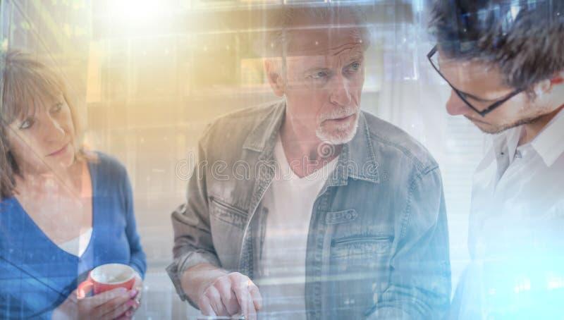 Συνάδελφοι που διοργανώνουν μια επιχειρησιακή συζήτηση, ελαφριά επίδραση  πολλαπλάσιο ε στοκ εικόνες