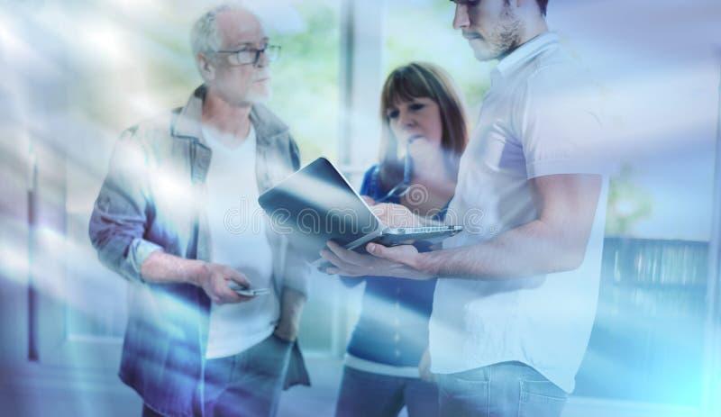 Συνάδελφοι που διοργανώνουν μια επιχειρησιακή συζήτηση, ελαφριά επίδραση  πολλαπλάσια έκθεση στοκ φωτογραφία με δικαίωμα ελεύθερης χρήσης