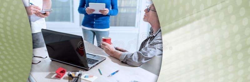 Συνάδελφοι που διοργανώνουν μια επιχειρησιακή συζήτηση  πανοραμικό έμβλημα στοκ φωτογραφία με δικαίωμα ελεύθερης χρήσης