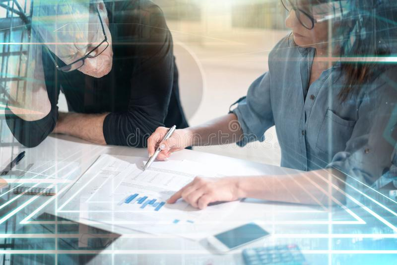 Συνάδελφοι που διοργανώνουν μια επιχειρησιακή συζήτηση  πολλαπλάσια έκθεση στοκ φωτογραφία