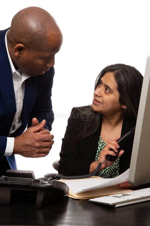 Συνάδελφοι που διοργανώνουν τη συζήτηση στοκ φωτογραφία