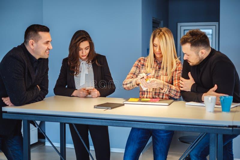 Συνάδελφοι που εργάζονται στον πίνακα συνεδρίασης στοκ φωτογραφία με δικαίωμα ελεύθερης χρήσης