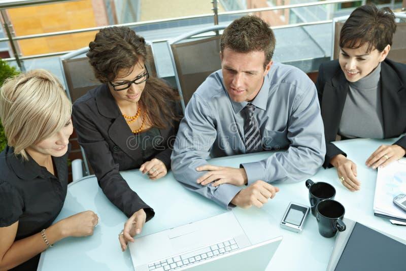 Συνάντηση επιχειρηματιών υπαίθρια στοκ εικόνα με δικαίωμα ελεύθερης χρήσης