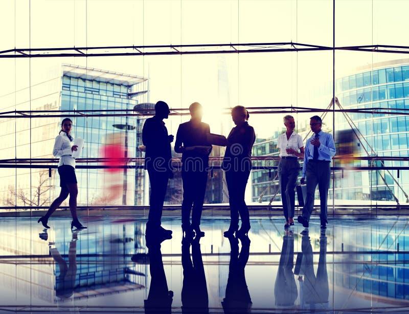 Συνάδελφοι επικοινωνίας αλληλεπίδρασης επιχειρηματιών που εργάζονται μακριά στοκ εικόνα με δικαίωμα ελεύθερης χρήσης