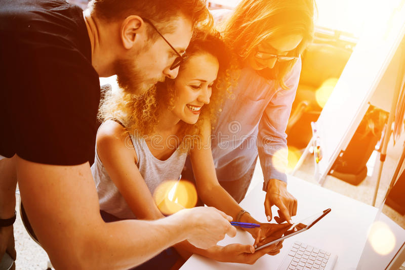Συνάδελφοι που λαμβάνουν τις μεγάλες αποφάσεις ξεκινήματος Νέο επιχειρησιακού μάρκετινγκ ομάδας σύγχρονο γραφείο έννοιας εργασίας στοκ εικόνες