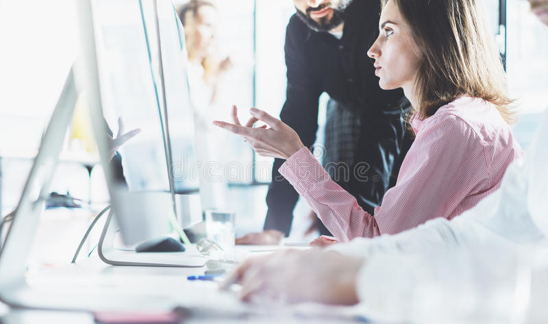Συνάδελφοι που απασχολούνται στο σύγχρονο γραφείο διαδικασίας Ομάδα διευθυντών προγράμματος φωτογραφιών που συζητά τη νέα επιχείρ στοκ φωτογραφίες με δικαίωμα ελεύθερης χρήσης