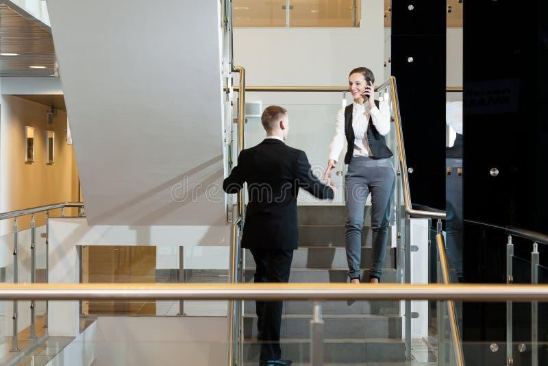 Συνάδελφοι που τινάζουν τα χέρια στοκ εικόνα με δικαίωμα ελεύθερης χρήσης