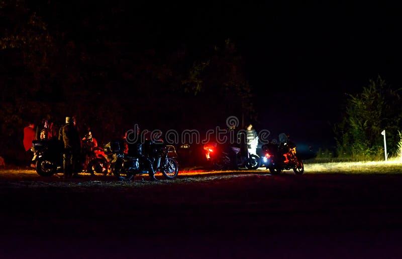 Συνέδριο μοτοσικλετιστών τη νύχτα στοκ φωτογραφία με δικαίωμα ελεύθερης χρήσης